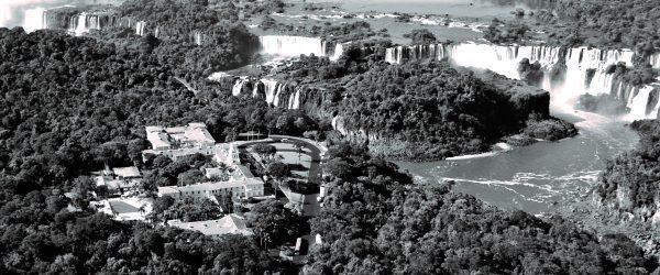 vue aérienne de l'hôtel belmond das cataratas face aux chutes d'Iguaçu.