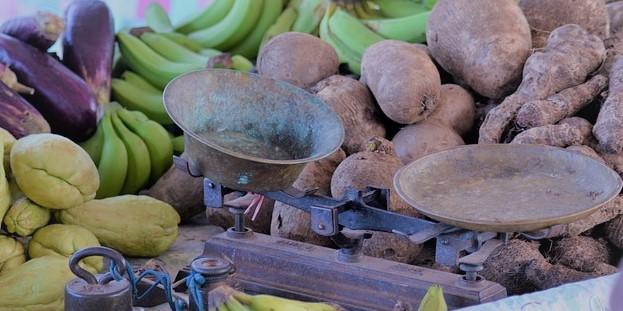 balance ancienne au milieu de légumes et fruits au Brésil